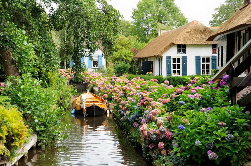 water_village_no_roads_canals_giethoorn_netherlands_1