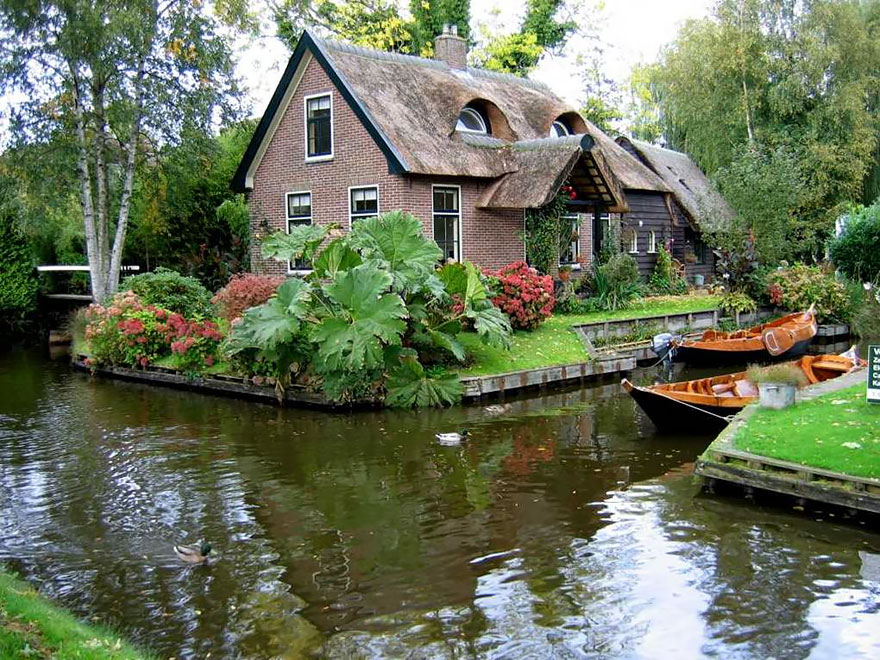 water_village_no_roads_canals_giethoorn_netherlands_10