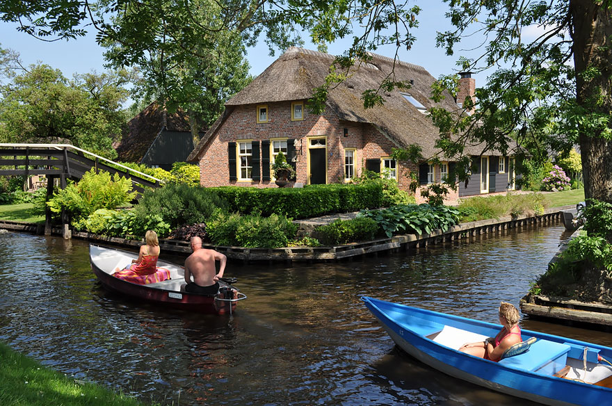 water_village_no_roads_canals_giethoorn_netherlands_2
