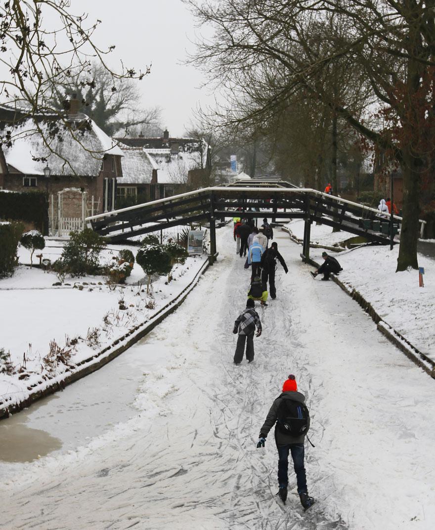 water_village_no_roads_canals_giethoorn_netherlands_6