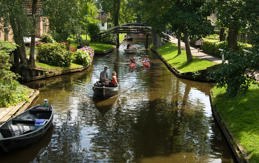 water_village_no_roads_canals_giethoorn_netherlands_8