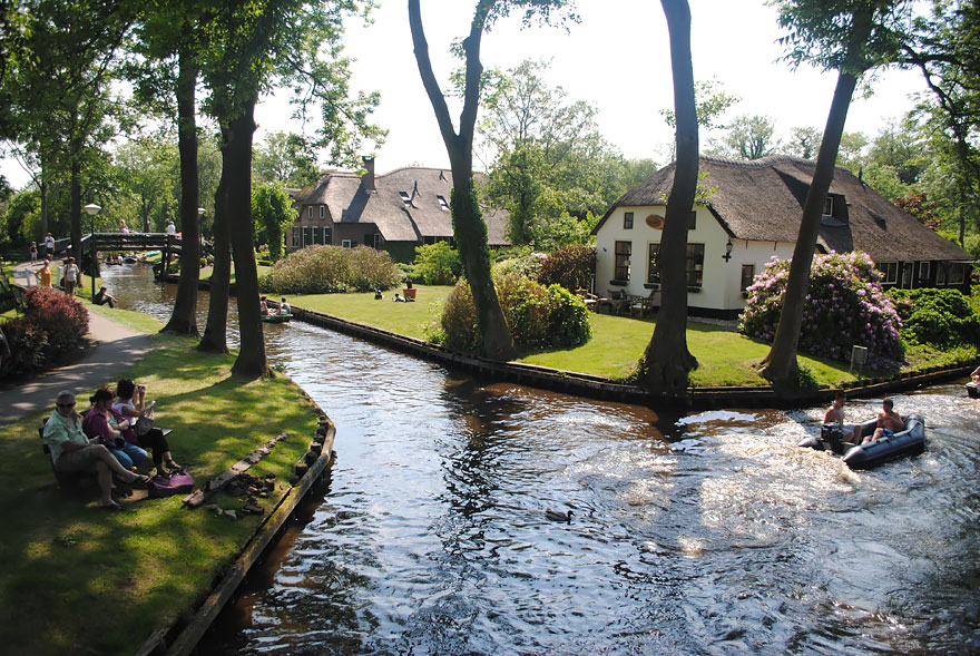 water_village_no_roads_canals_giethoorn_netherlands_9