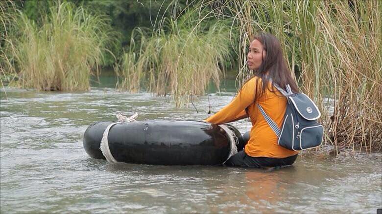 ყოველ დღე გადადის მძვინვარე მდინარეზე იმისათვის, რომ მოსწავლეებთან მივიდეს