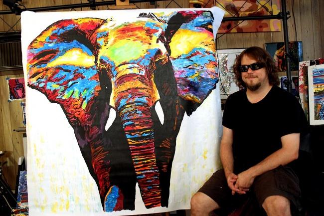ჯონ ბრამბიტი - უსინათლო მხატვარი, რომელიც გამაოგნებელ სურათებს ხატავს