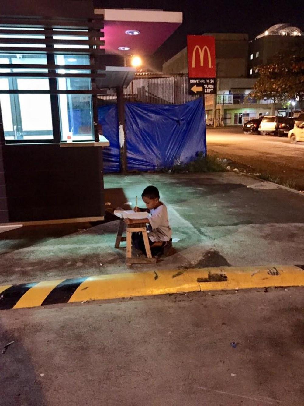 9 წლის დანიელ კაბრერა გაკვეთილებს მაკდონალდსის შუქზე ამზადებს