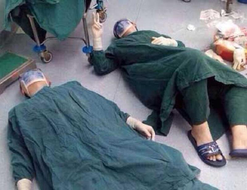 ექიმები ისვენებენ 32 საათიანი ოპერაციის შემდეგ, რომელიც პაციენტს თავის ტვინიდან სიმსივნური მეტასტაზების მოსაცილებლად ჩაუტარდა